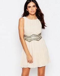 Короткое приталенное платье с отделкой на талии TFNC Caris - Кремовый