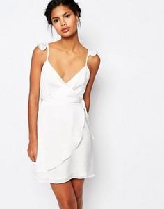 Чайное платье с запахом и оборками Wyldr - Белый