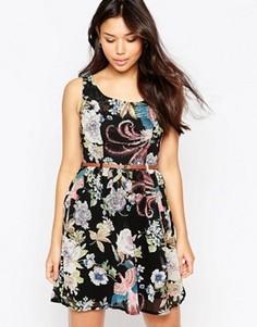 Платье с принтом цветов и птиц и ремнем Yumi - Черный