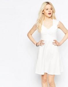 Короткое приталенное платье с вырезом сердечком b.Young - Белый