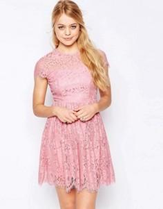 Короткое приталенное платье с высокой горловиной и кружевом Glamorous - Розовый