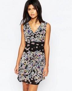 Платье с запахом спереди и цветочным принтом по краю Yumi - Мульти