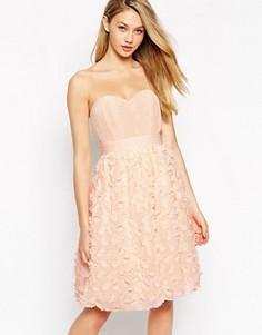 Платье для выпускного с лифом-бандо и объемными цветами на юбке Little Mistress - Розовый