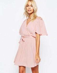 Платье с запахом спереди и кружевной отделкой ASOS - Розовый