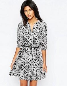 Платье с геометрическим принтом, поясом и рукавами 3/4 Yumi - Мульти