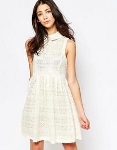 Короткое приталенное платье из кружева с воротником Yumi - Кремовый