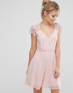 Короткое приталенное кружевное платье Elise Ryan - Розовый