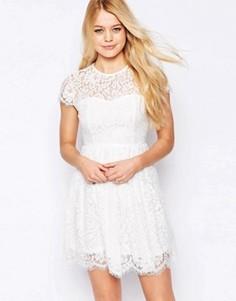 Короткое приталенное платье с высокой горловиной и кружевом Glamorous - Кремовый