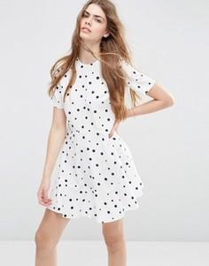 Платье в горошек с короткими рукавами и кромкой‑оборкой ASOS - Мульти