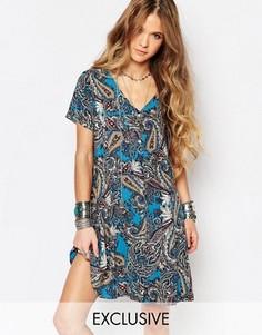 Платье с V-образным вырезом и принтом пейсли Reclaimed Vintage - Синий
