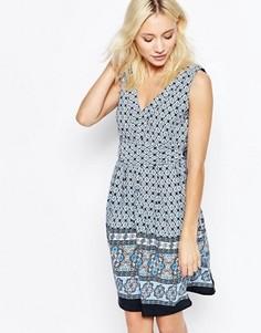 Короткое приталенное платье с V-образным вырезом и завязкой сзади Yumi - Синий