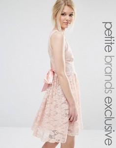 Кружевное платье с атласным бантом и глубоким вырезом John Zack Petite - Розовый