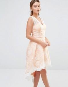 Платье для выпускного с асимметричным подолом и кружевом Chi Chi London - Розовый