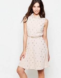 Короткое приталенное платье с поясом и блестящим принтом кактусов Yumi - Бежевый