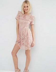 Короткое приталенное платье из кружева с рюшами ASOS - Розовый