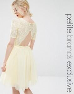 Платье миди для выпускного с кружевным лифом и вырезами John Zack Petite - Желтый