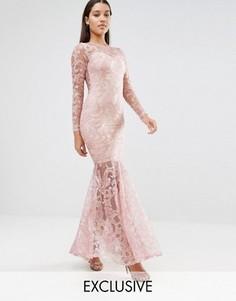 Платье макси с высокой горловиной, вышивкой и годе Club L - Мульти