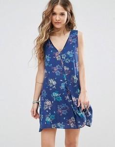 Платье-трапеция с цветочным принтом и V-образным вырезом Honey Punch - Синий