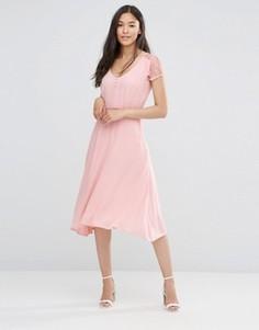 Розовое платье с кружевными рукавами Soaked in Luxury - Розовый