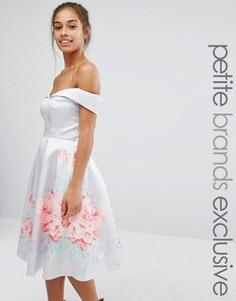 Атласное платье для выпускного с цветочной отделкой Chi Chi London Petite - Серый