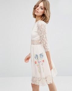 Короткое приталенное платье с кружевными рукавами и неоновой вышивкой ASOS PREMIUM - Кремовый