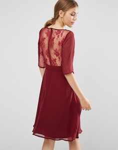 Платье миди с кружевными рукавами и спинкой Elise Ryan - Красный