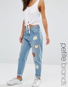 Джинсы в винтажном стиле с нашивками Boohoo Petite - Синий