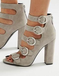 Серые замшевые сандалии с пряжкой Kendall + Kylie - Серый