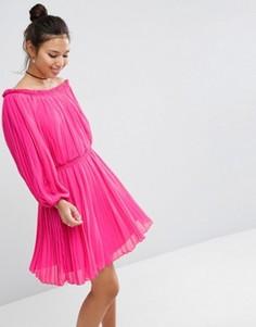 Плиссированное платье с открытыми плечами ASOS - Розовый