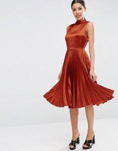 Атласное платье миди без рукавов с плиссировкой и высокой горловиной ASOS - Коричневый