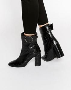 Ботильоны на каблуке с эффектом крокодиловой кожи и круглыми пряжками Public Desire Kim - Черный