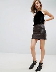 Стеганая полиуретановая мини‑юбка с молнией сбоку ASOS - Коричневый