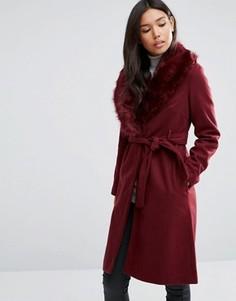 Пальто с поясом и отделкой искусственным мехом QED London - Красный