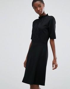 Платье с высокой горловиной и кружевной вставкой b.Young - Черный