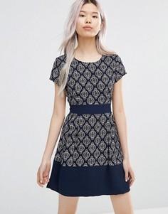 Короткое приталенное платье с геометрическим принтом Wal G - Темно-синий