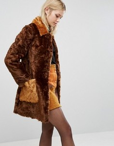 Пальто-трапеция из искусственного меха с контрастными карманами ASOS - Коричневый