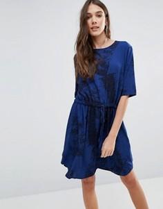 Платье с мраморным принтом Y.A.S Elisa - Синий
