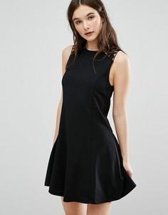 Короткое приталенное платье с кружевной отделкой QED London - Черный