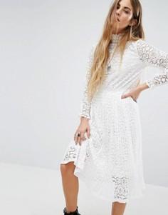 Кружевное платье в складку с высокой горловиной Navy London - Белый