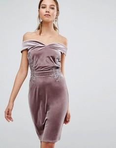 Бархатное платье-футляр миди с открытыми плечами и кружевом Little Mistress - Розовый