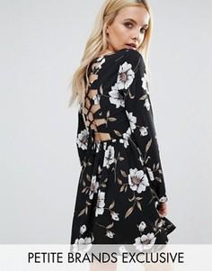 Платье с цветочным принтом и шнуровкой сзади Glamorous Petite - Мульти