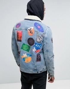Синяя джинсовая куртка с нашивками и воротником из искусственного меха ASOS - Синий