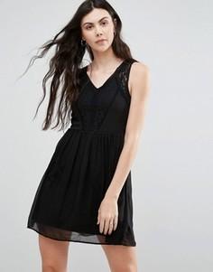 Короткое приталенное платье с кружевными вставками Vero Moda - Черный