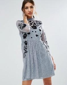 Короткое приталенное платье мини из кружева с вышивкой ASOS - Серый