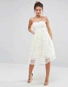 Кружевное платье без бретелек Chi Chi London Premium - Кремовый