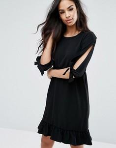 Платье с оборкой по краю и завязками на рукавах Boohoo - Черный