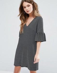 Свободное платье в полоску с оборками на рукавах New Look - Серый