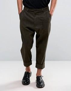 Укороченные брюки с заниженным шаговым швом и отворотами ASOS - Коричневый