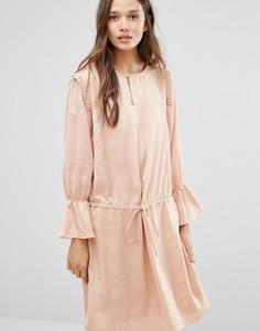 Атласное платье с оборками на плечах Gestuz - Розовый