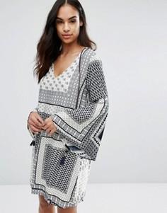 Цельнокройное платье с платочным принтом QED London - Темно-синий